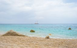 Costa rocosa de la isla de Cerdeña en el mar Mediterráneo en sunligh imagen de archivo