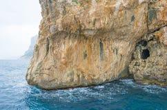 Costa rocosa de la isla de Cerdeña en el mar Mediterráneo en sunligh fotos de archivo