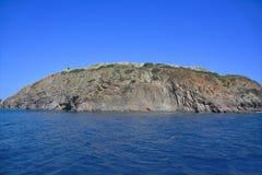 Costa costa rocosa de la isla en el mar Mediterráneo, en el día soleado brillante fotografía de archivo libre de regalías