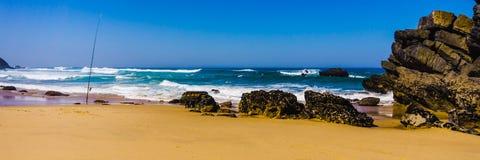 Costa costa rocosa de la playa arenosa costa atlántica de Océano Atlántico, Portugal de Adraga fotografía de archivo