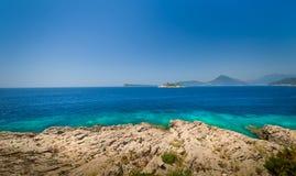 Costa rocosa del mar adriático y ruinas viejas de la fortaleza en una pequeña isla Fotos de archivo