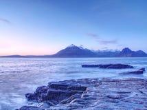 Costa costa rocosa en Elgol en la puesta del sol con las rocas agrietadas detalladamente, isla de Skye, Escocia Sombras azules Imagenes de archivo