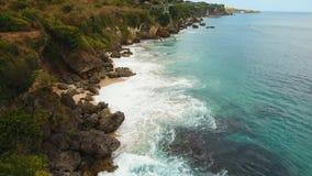 Costa costa rocosa en la isla de Bali Silueta del hombre de negocios Cowering