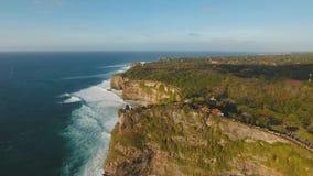 Costa costa rocosa en la isla de Bali Silueta del hombre de negocios Cowering metrajes