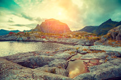 Costa rocosa en la puesta del sol Fotos de archivo
