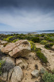 Costa rocosa, horizonte sobre el mar y las montañas abajo al agua Imagen de archivo