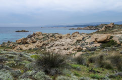 Costa rocosa, horizonte sobre el mar y las montañas abajo al agua Imagen de archivo libre de regalías