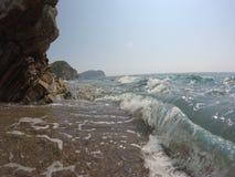 Costa rocosa, mar adriático onda-claro fuerte, el cielo azul del verano Foto de archivo
