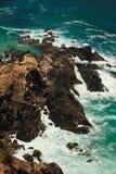 Costa rocosa rugosa en el faro de la bahía de Byron, AU Foto de archivo libre de regalías