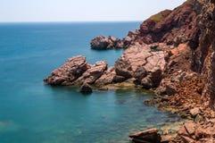 Costa roja de las rocas del mar adriático Fotografía de archivo