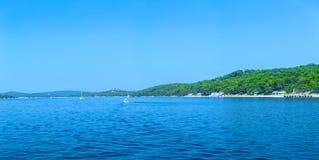 Costa costa romántica maravillosa Adriático del paisaje de la tarde del verano Imagenes de archivo