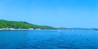 Costa costa romántica maravillosa Adriático del paisaje de la tarde del verano Foto de archivo