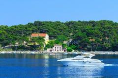 Costa costa romántica maravillosa Adriático del paisaje de la tarde del verano Foto de archivo libre de regalías