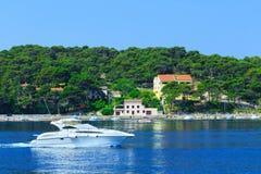 Costa costa romántica maravillosa Adriático del paisaje de la tarde del verano Imagen de archivo libre de regalías