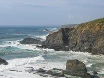 Costa ruvida dell'Oceano Atlantico vicino a Odeceixe, l'Alentejo, Portogallo fotografia stock libera da diritti