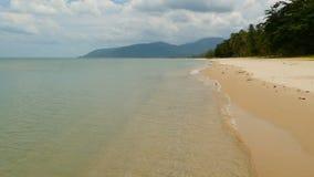 Costa sabbiosa bianca e mare blu calmo Paesaggio dell'isola di paradiso tropicale idilliaco con gli alberi verdi e calmo esotici stock footage
