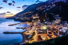 Costa Salerno, Positano, Campania, Italia de Amalfi Opinión de la ciudad de la noche en la puesta del sol Foto de archivo