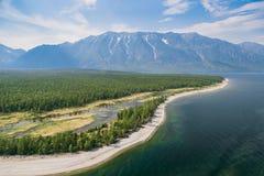 Costa salvaje con las montañas y bosque del aire Foto de archivo libre de regalías