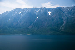 Costa salvaje con las montañas y bosque del aire Imagen de archivo