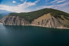 Costa salvaje con las montañas y bosque del aire Imagenes de archivo