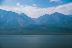 Costa salvaje con las montañas y bosque del aire Imagen de archivo libre de regalías