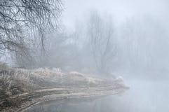 Costa salvaje del río Vistula brumoso imagenes de archivo