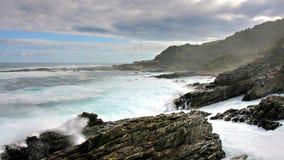 Costa salvaje y altas ondas, boca de río de las tormentas Imagenes de archivo