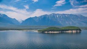 Costa selvagem com montanhas e floresta do ar Foto de Stock