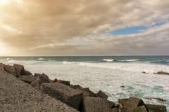 Costa selvagem de Tenerife na fortificação da costa de Puerto de la Cruz imagens de stock