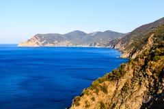 A costa selvagem e rochosa perto da vila de Corniglia Fotos de Stock Royalty Free