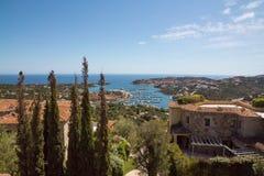 Costa Smeralda-landschap met een mening over de haven van Porto Cervo stock foto's
