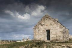 Costa costa sola de la casa del reloj en Francia en un día tempestuoso, Guisseny Fotografía de archivo libre de regalías