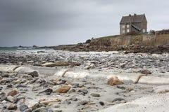 Costa costa sola de la casa en Francia en un día tempestuoso, marea baja con Fotografía de archivo