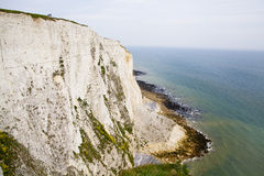 Costa sur blanca de los acantilados de Gran Bretaña, Dover, lugar famoso para los descubrimientos arqueológicos y el destino de l Imagen de archivo libre de regalías