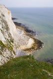 Costa sur blanca de los acantilados de Gran Bretaña, Dover, lugar famoso para los descubrimientos arqueológicos y el destino de l Foto de archivo libre de regalías