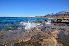 Costa sur del lago Issyk-Kul Imagenes de archivo