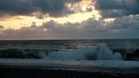 Costa tempestuosa con las altas ondas y cielo nublado oscuro en Georgia en el slo-MES metrajes