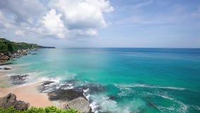 Costa tropical asombrosa y olas oceánicas azules fantásticas almacen de metraje de vídeo