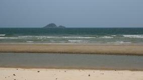 Costa ventosa di Wave con le quiete sulla spiaggia video d archivio