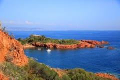 Costa vermelha mediterrânea das rochas de Esterel foto de stock