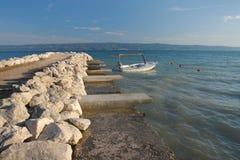 Costa y barco Imagen de archivo