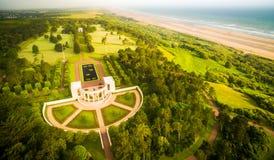 Costa y cementerio de Peacefull en Normandía, Francia fotografía de archivo