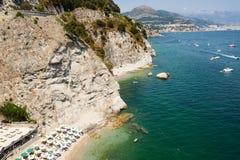 Costa y el fondo Vietri y Salerno Italia de Amalfi Imagen de archivo libre de regalías