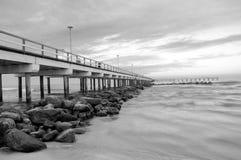 Costa y el puente en el mar imagen de archivo