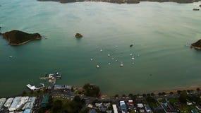 Costa y embarcadero, top de Paihia de la visión aérea abajo Imagen de archivo