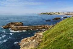 Costa y faro de Biarritz durante un día soleado, Francia Fotografía de archivo libre de regalías