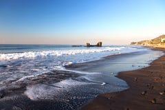 Costa y horizonte tropicales de la playa del EL Tunco sobre la agua de mar del Océano Pacífico en El Salvador fotos de archivo libres de regalías