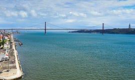 Costa y la 25ta de April Bridge, Lisboa, Portugal Imagen de archivo