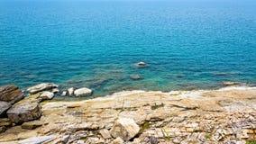 Costa costa y mar de las rocas en Koh Samui Fotos de archivo libres de regalías