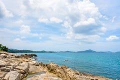 Costa costa y mar de las rocas en Koh Samui Fotos de archivo